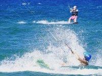 在阿尔梅里亚最佳风筝冲浪回旋