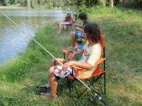 Joven pescando tranquilo en Esponella