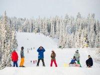 SkiTime设备滑雪与孩子顶上