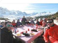 在雪地里共享餐桌