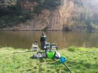 Pescando en la ribera en Esponella