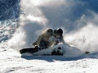 在雪地上滑行
