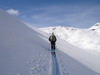 欣赏风景练习越野滑雪道下降