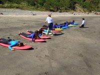 Clase d surf en la playa de Bahínas