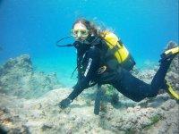 Buceadora tocando el fondo marino