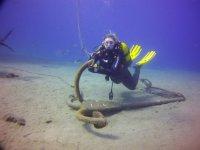 Sujetandose al ancla en el fondo marino