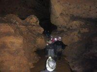 Entrando verso il fondo della grotta