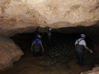 Con acqua fino alle ginocchia nella grotta