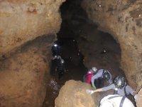 En la cueva con frontales en el casco