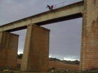 Lanzandose desde el puente