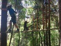 Pasando por el puente de troncos