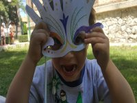 Niño con máscara pintada por él