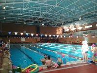 Clases de natación en la piscina cubierta