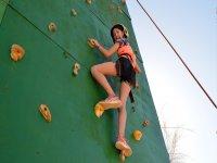 在攀岩墙上攀爬