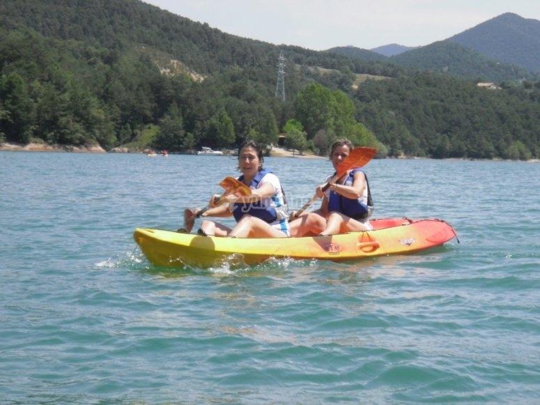 在平静的水域划独木舟