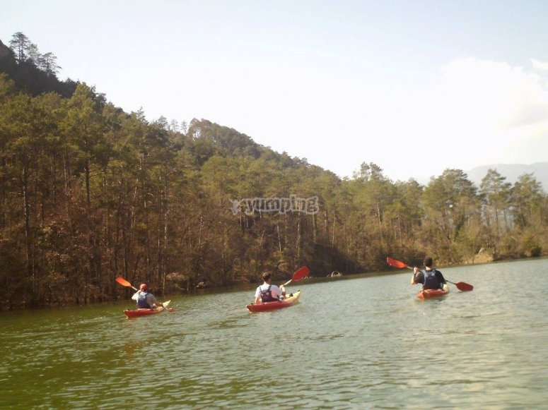 在水中划独木舟