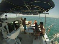 在船上喝酒