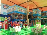 Mesas y parque de juegos