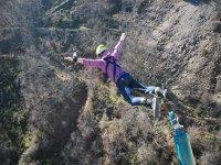 Salto desde el puente hacia delante