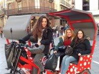 Triciclo rojo con lunares