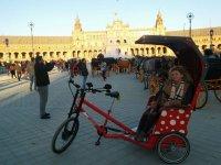 En tuc tuc en la Plaza de Espana