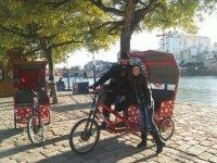 Triciclo y pareja bajo el arbol