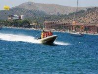 Grupo en speedboat frente al puerto
