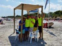 Puesto de speedboat en la playa
