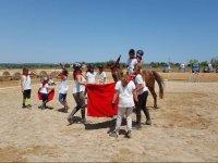 Jugando con los caballos y panuelos rojos