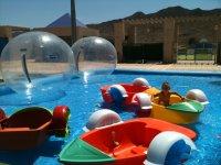 Ninos en piscina
