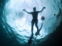 Submarinista en la superficie del agua