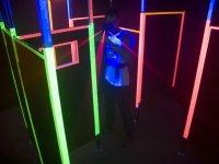 Guardando attraverso il mirino dell'arma laser