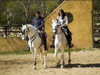Saliendo de la finca en dos caballos blancos