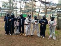 Paintball con monos blancos y negros