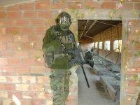 Soldado en edificio abandonado