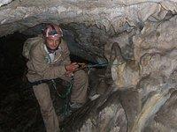 Descenso de rappel en la cueva