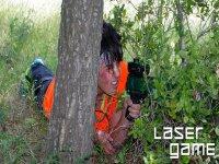 女孩隐藏在树后