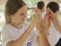 Chicas juntando las manos