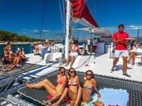 Tomando el sol sobre catamaran