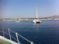 Catamaran navegando con grupo