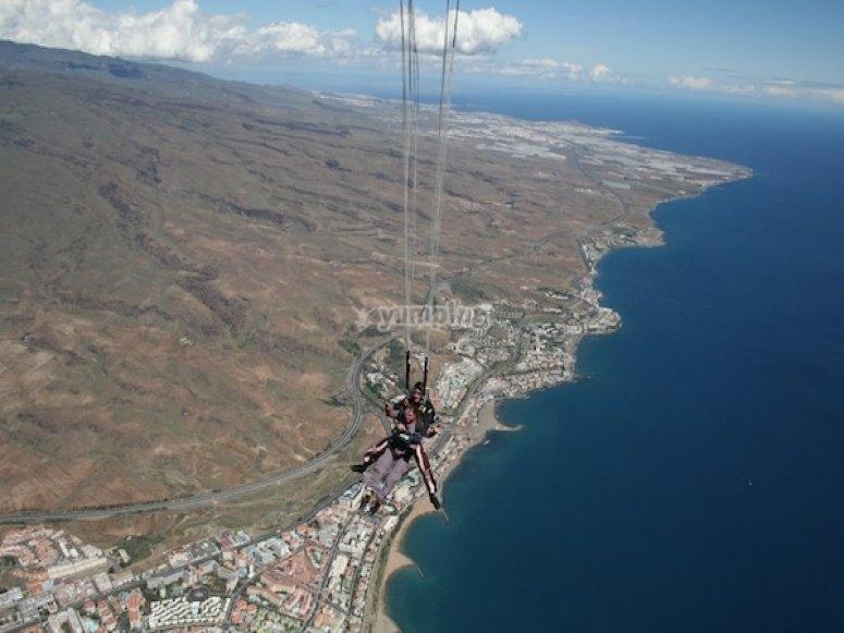 En paracaídas sobre la costa