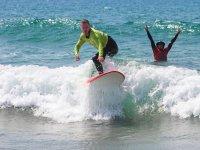 Alumno de surf manteniendose en pie