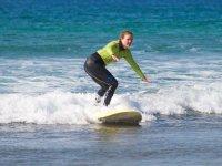 Surfista con camiseta de manga larga