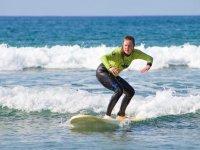 Surfista con neopreno largo