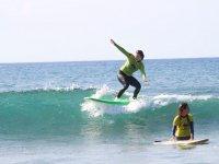 Surfista en tabla verde