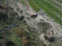 Sujetandose a la cuerda tras el salto