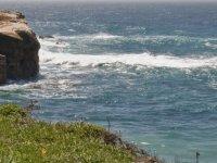 Navegando junto a las rocas