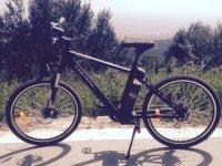 在Mataro的电动自行车徽标测试我们的自行车准备