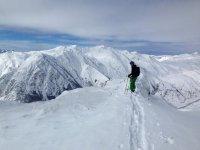 在白雪皑皑的山顶质量滑雪
