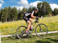 Practicando ciclismo de montana